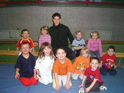 FSJ`ler Martin Mattern mit der Kinderturngruppe im März 2004